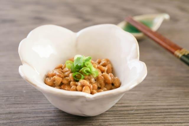 青汁と納豆は無敵の組み合わせ? 青汁の原料となるのは、大麦若葉やケール、明日葉といった緑黄色野菜です。 ケール等は野菜の王様と呼ばれることもあるように栄養価が高く、様々な栄養素を豊富に含んでいます。 そのため青汁にはビタミンやミネラル、食物繊維など健康や美容に役立つ栄養素が豊富に含まれています。 ビタミンB群などは皮膚の代謝を助けてくれます。