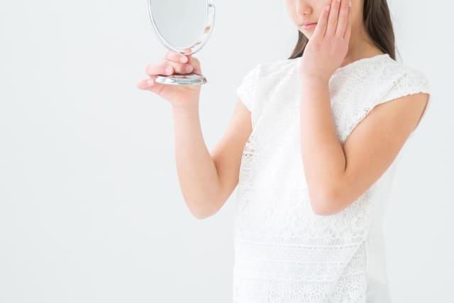青汁でニキビや吹き出物の改善はできる? ニキビや吹き出物に悩んでいる人も多いかもしれませんが、これらは様々なことが原因で発生します。 食生活やストレス、生活習慣なども主な原因として知られていることから、生活習慣を見直ししたり、正しい洗顔方法を行うなどの改善方法もありますが、やはり体の内側から治すためにも、食生活の見直しも非常に有効といえます。