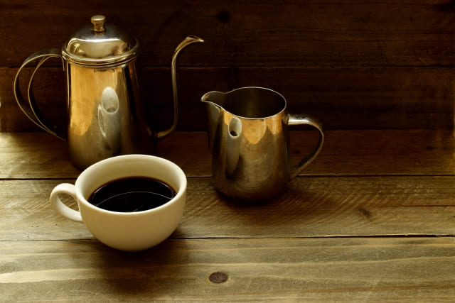青汁って、カフェインは含まれているの? 様々なメーカーから販売され、多くの人達に人気のある青汁は、身体に良いことが知られています。 コーヒーや紅茶、緑茶などの飲み物は、眠気を覚ましたり疲労を回復する効果がありますが、飲み過ぎると身体に良くない影響を与えることもあります。 青汁の原料は明日葉やケール、大麦若葉等の野菜でカフェインが含まれていませんので、安心して飲用することができます。