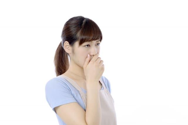 口臭予防にも青汁っていいの? 接客業や人とおしゃべりをしているときに、自分の口の臭いが気になるという人は意外にもです。 健康のために青汁を積極的に摂取している人もいるかもしれませんが、実は口臭対策にも役立ちます。 そもそも口のにおいの9割が口腔内、つまりは口の中で発生しているということが分かっています。