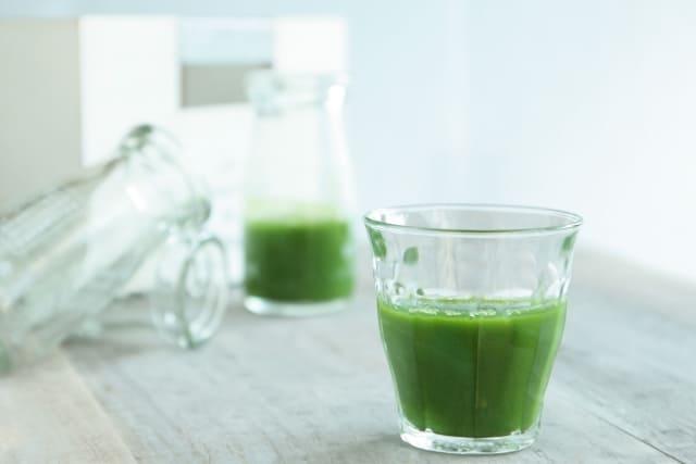 緑色なのに「青」汁って…なんで? 青汁は、大麦若葉やケールや明日葉や桑の葉などの原材料を用いた栄養価の高い健康食品として多くの人に親しまれています。 緑の植物が原材料の緑色の飲み物なのに、青という色が使われていることに違和感を抱いている方もいるのではないでしょうか。 なぜ緑汁と呼ばずに青汁と呼ぶかというと、日本語の古語が大きく関係しています。