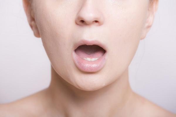 ドライマウスとは? ドライマウスとは文字通り口の中が乾燥する状態の事を指します。原因は様々ですが、特に年配の方々がドライマウスに悩まされます。加齢によって唾液の分泌量が低下するためです。更に年配の方々は健康の関係で、色々なお薬を常用しています。