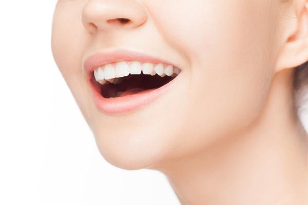 口腔内フローラと唾液の関係 腸内フローラは聞いたことがあっても、口腔内フローラという言葉になじみがないという人は少なくないのではないでしょうか。実は、国内は腸内同様最近が非常に多い部位ですので適切なケアをすることによって、口腔内の健康を維持することが出来ます。