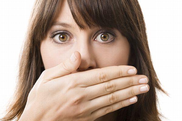 口臭の原因は? 口臭の原因は「口内から発生する口臭」と「体の内側から発生する口臭」があります。口内から発生する口臭口内が原因の口臭は大きく分けて4種類 生理的口臭寝起きや、食べカス、舌の汚れなどが原因で、口内の細菌が増えることにより発生する口臭。普段は唾液の抗菌作用で口臭はおさえられていますが、
