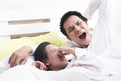 寝起きは何で口が臭い? 一般的に寝起きの口臭は臭いが強く、周りの方に不快感を与えてしまうこともあります。モーニングブレスとも呼ばれていますが、対策をするためにはなぜ臭いがきつくなってしまうかをしっかりと理解したほうが良いでしょう。