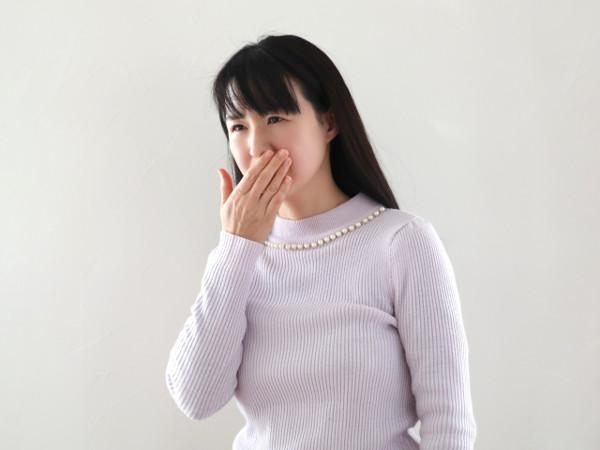 女性特有の口臭 一言で口臭といっても、その原因は様々です。その中には女性特有の口臭も見られ、生理的なものと病的なものの二つにわかれますが、女性特有の口臭は生理的口臭です。 この発生にはホルモンのバランスが大きくかかわっています。