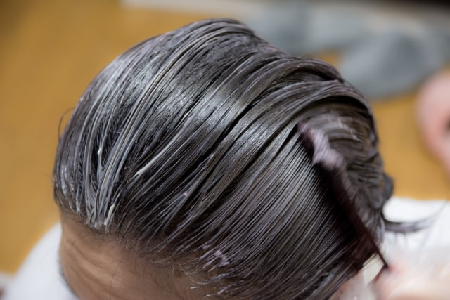 白髪染め、いつから始める? 一般的に白髪は30歳を過ぎたころから出始めます。 初めて白髪が見つかった時にはショックを受ける人も多く、白髪染めを使い始めた方がよいのかと気になる人もいるかもしれません。 そもそも白髪染めは、白髪を自然な髪の毛の色に染めることができるカラー剤のことを指しています。 さまざまな種類のものがありますが、どの種類でも白い髪の毛がしっかりと染まるように、