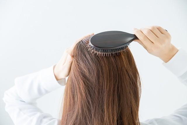 薄毛や脱毛症って遺伝するの? 薄毛や脱毛症は遺伝性の物、と言われることがありますが科学的には詳しく解明できていないのが実情です。男性の脱毛症は様々な原因が考えられますが、多くの人の薄毛の原因となるのが男性ホルモンの作用によるものとなっています。