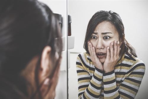シミの原因 いつまでも美しくいたい女性にとってシミは大敵ですよね。日ごろから対策をしても、気が付いたらシミができていた・・・なんてことも。新たなシミを増やさないためには、シミができる原因や予防についての知識を持っておくことが重要です。
