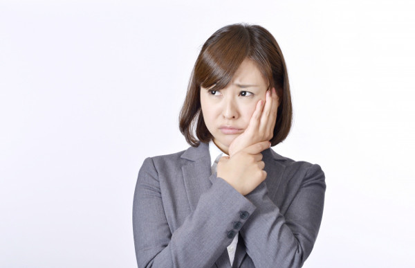 ホワイトニングすると痛いってホント…? 「ホワイトニング」とは、薬剤を歯に付着させて白くする施術です。歯が黄ばんでいたり、色素沈着している場合に人前で歯を出して笑うことに躊躇するといった悩みを抱えている方が、歯科クリニックや美容診療クリニックなどで実施しています。しかし、ホワイトニングの施術の際や施術後に他のことで悩まされるケースがあります。