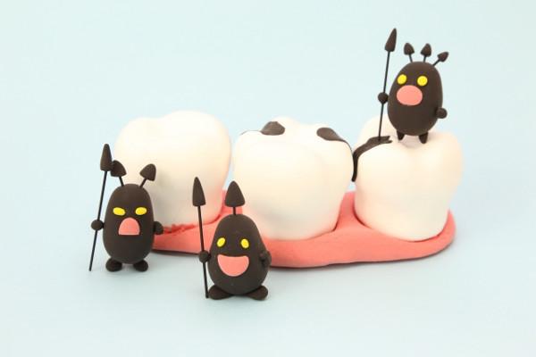 大人の「虫歯」 大人の虫歯は、歯だけでなく体全体の健康に関わってくることがあります。大人が虫歯になってしまうと歯を失う大きな原因となり、歯を失ったままでは好きな食事が食べられなくなったりと生活の質が大きく低下してしまいます。何歳になっても元気でいるために、歯のケアは当然欠かせません。