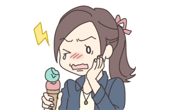 冷たいものが歯にしみる原因 冷たいものを食べたときに歯がしみる原因には様々なものがありますが、知覚過敏もその一つです。知覚過敏の状態に陥る原因としては、加齢により歯茎が下がってきている、歯周病の症状が進んでいる、力任せで強めに行う誤った方法での歯磨き、噛み合わせの悪さや歯ぎしりなどがあります。